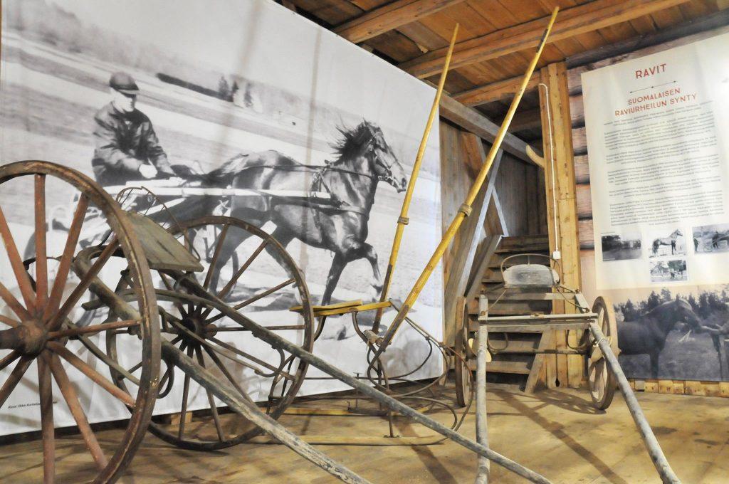 Hevosajoneuvomuseo Kiessin sisänäyttelyn kilpakärryt
