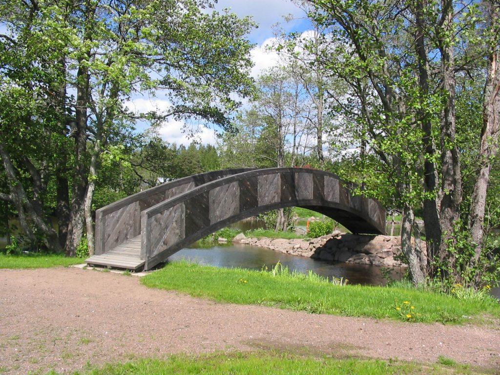 Veli Saarisen puistoon johtava silta